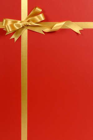 gefesselt: Goldfarbbandbogen, rot Geschenkpapier Hintergrund, Kopie, Raum, vertikale Lizenzfreie Bilder