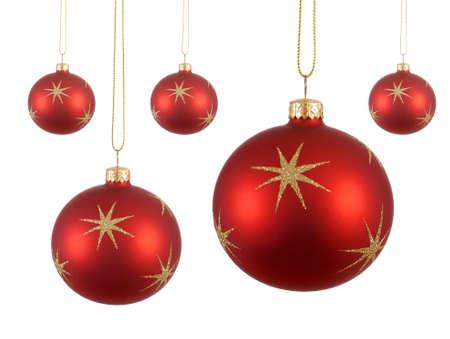 Verschillende rode kerstballen of ballen met gouden sterren opknoping geïsoleerd op een witte achtergrond Stockfoto