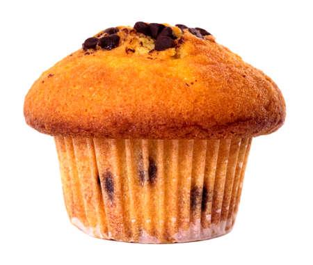 magdalenas: Pastel de chocolate chip muffins aisladas sobre fondo blanco. Foto de archivo