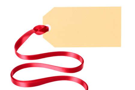 etiqueta: Llanura etiqueta de regalo en blanco o etiqueta de manila con cinta aisladas sobre fondo blanco