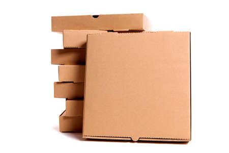 pizza box: Pila de cajas de pizza lisos de color marrón con un frente de la caja frente a exhibición o publicidad. Espacio para la copia. Foto de archivo