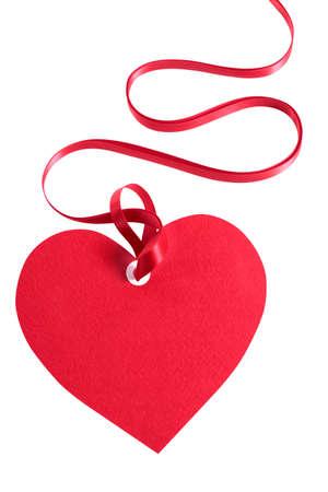 gefesselt: Valentinstag-Geschenk-Tag, rotes Band, die isoliert auf weißem Hintergrund.