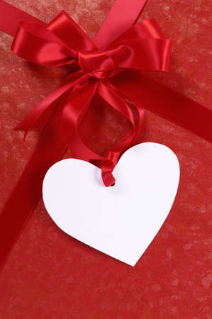 saint valentin coeur: Red valentine gift, white heart shape gift tag or label, copy space, vertical