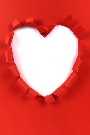 la forma del corazón rojo de San Valentín papel rasgado, fondo blanco, espacio de la copia