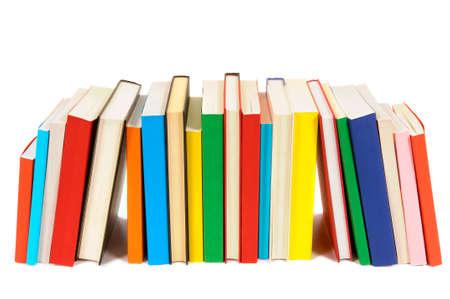 Lange rij van kleurrijke bibliotheekboeken op een witte achtergrond. Stockfoto
