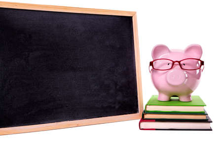 fondo de graduacion: Piggy bank wearing glasses with small blank blackboard, isolated on white background