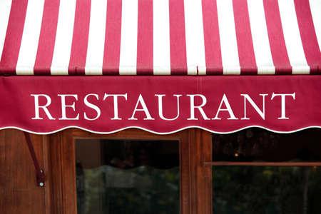 Gestreepte Franse restaurant luifel in Parijs Frankrijk.