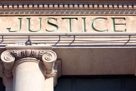 justicia: signo de la justicia en un edificio de la sala de tribunal. Foto de archivo