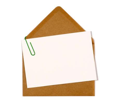 messaggio vuoto o carta di invito con la clip di carta e busta marrone, spazio copia