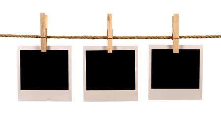 Kilka puste stylu Polaroid instant photo frames druku wiszące na linii liny lub prania, białe tło