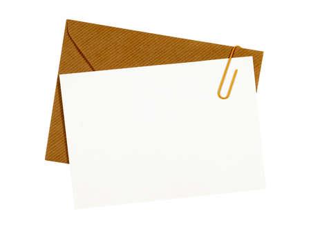 papier a lettre: Brown manila enveloppe, lettre blanche ou carte de message, trombone, copie espace