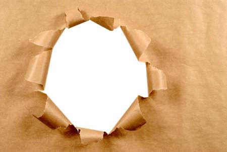 Ambacht bruin papier achtergrond met slordig gescheurde gat, wit exemplaar ruimte Stockfoto - 54150391