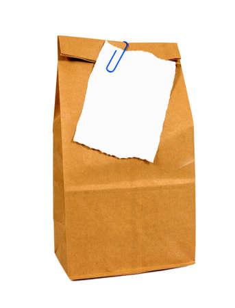 morenas: Marrón de papel o en tiendas de comestibles bolsa con papel de nota rasgado aislado en blanco Foto de archivo