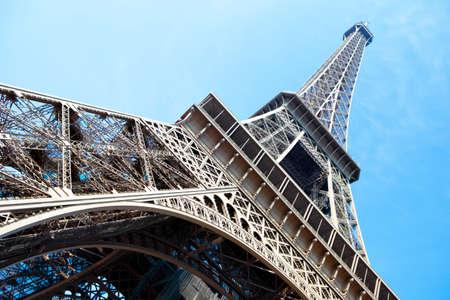 Tour Eiffel regardant angle de vue vers le haut de large