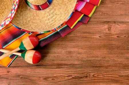 sombrero de charro: M�xico cinco de mayo el fondo de madera sombrero mexicano