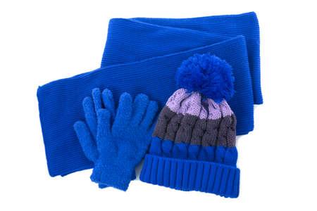 Niebieska zimowa dzianinowa czapka z pomponem, szalik na białym tle