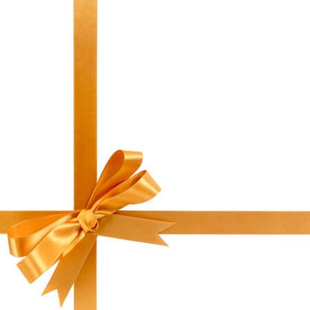 Nastro regalo oro fiocco orizzontale a forma di croce angolo inferiore isolato su bianco.