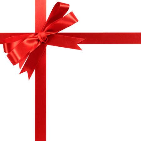 Ruban cadeau arc rouge isolé sur blanc.