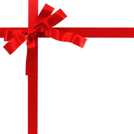 Ruban cadeau arc rouge isolé sur blanc