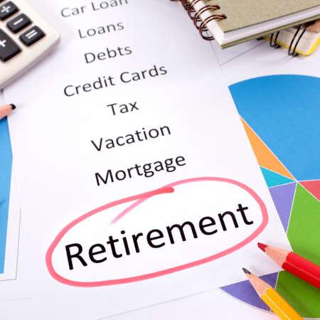 Das Wort Ruhestand rot eingekreist mit einer Liste von Spar- und Schuldenverpflichtungen, umgeben von Grafiken, Diagrammen, Büchern und Bleistiften.