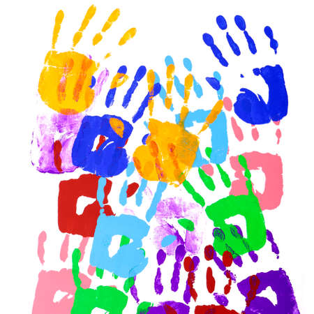 Huellas de manos multicolores sobre un fondo blanco.