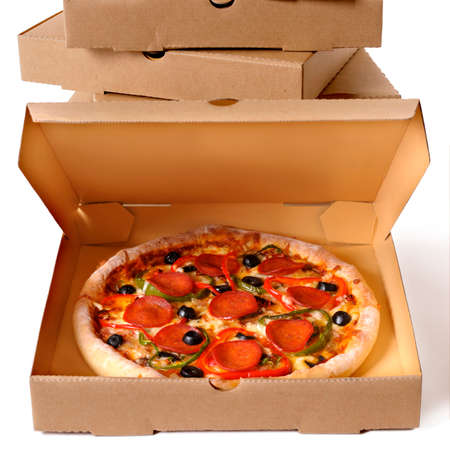 Frisch gebackene italienische Peperoni-Pizza mit einem Stapel Lieferkartons isoliert auf weißem Hintergrund.