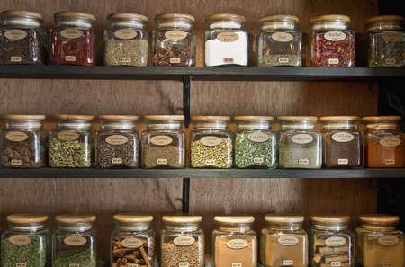 flores secas: Especias en tarros de visualizaci�n de estante de almac�n  Foto de archivo