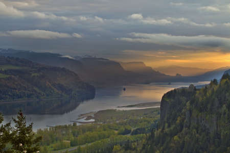 Sunrise sobre Vista House en Crown Point Oregon 4  Foto de archivo