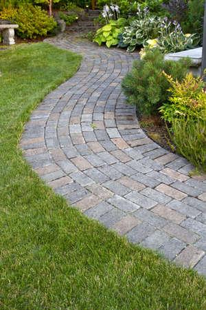 포장 재료 경로, 벤치 및 식물을 걷는 정원 풍경 스톡 콘텐츠
