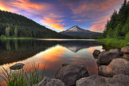 Zons ondergang op Trillium meer met Mount Hood in Oregon  Stockfoto
