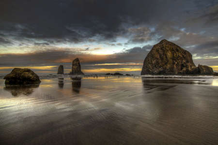 Sunrise en el pajar rock en Oregon Cannon Beach  Foto de archivo