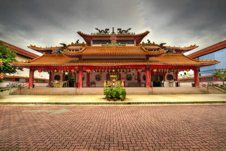 empedrado: Templo de tao�sta chino pavimentada plaza en Singapur  Foto de archivo