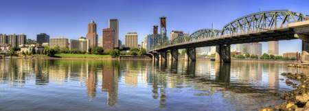 オレゴン州ポートランドのダウンタウンのスカイラインとホーソーン ブリッジ反射パノラマ 写真素材