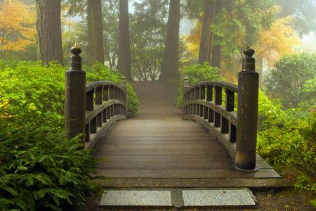 Houten brug bij Portland Japanse tuin in vallen een mistige ochtend