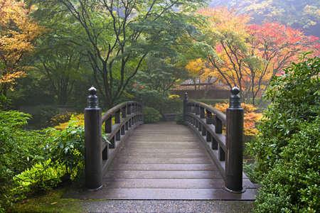 Houten brug bij Japanse tuin Portland Oregon in de herfst