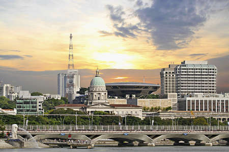 シンガポール国会議事堂とマーライオン公園によって最高裁判所の法律 写真素材