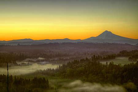 sich b�cken: Sonnenaufgang �ber Mount Hood ein nebeliger Morgen zusammen Sandy River Bend Lizenzfreie Bilder