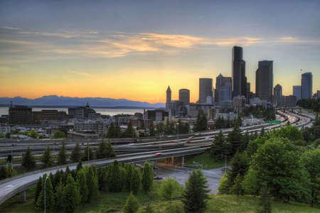 ワシントン州シアトルのスカイラインと日没時高速道路