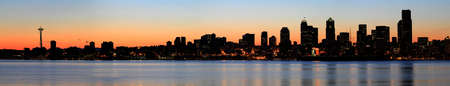 Downtown Skyline en Puget Sound in Sunrise Panorama Stockfoto