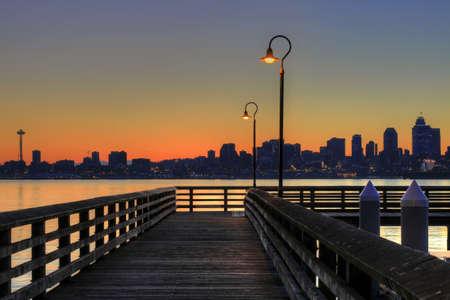 seattle: Centro horizonte desde el muelle al amanecer Foto de archivo