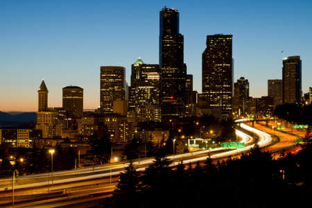 高速道路ライト トレイルとワシントン州シアトルのダウンタウンのスカイライン 写真素材