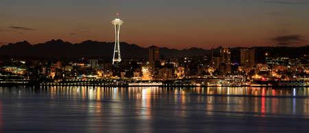 埠頭のパノラマによって夜にシアトル ダウンタウンのスカイライン