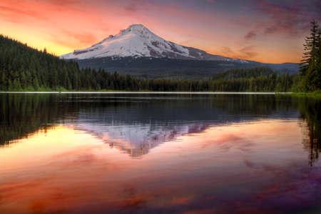 夕暮れトリリウム湖オレゴンの台紙のフードの反射
