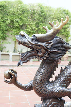 Escultura de bronce del drag�n chino en la plaza p�blica del primer Foto de archivo - 19108817