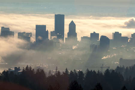 Zonsopgang over Stad van Portland Oregon Gehuld in Lage mistbanken Stockfoto