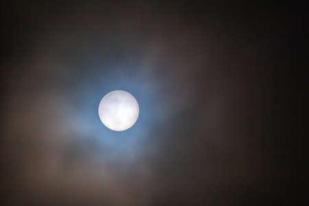 하얀 빛의 태양 필터로 찍은 직접적인 태양 전체 스톡 콘텐츠