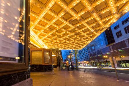 저녁 시간 파란색 시간 브로드 웨이에서 시내 포틀랜드 오 레 곤에서 극장 천장 천막 조명