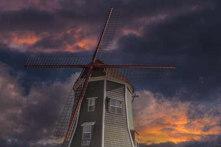 일몰 동안 워싱턴 주에서 린든의 마을에서 네덜란드 풍차 건축 스톡 콘텐츠