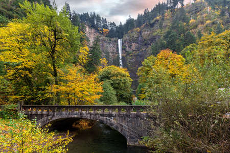 Multnomah Falls along Old Columbia Highway in Fall Season Banco de Imagens