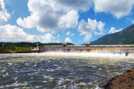 Bonneville Dam on Columbia River Gorge between Oregon and Washington 스톡 콘텐츠